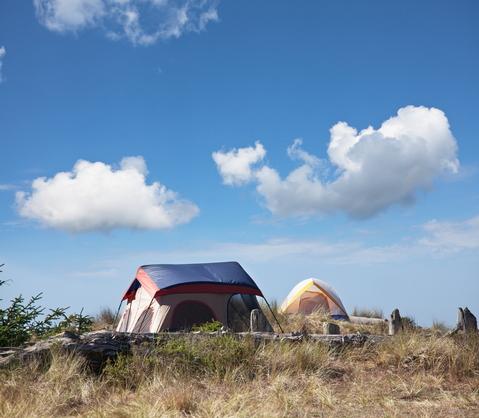 et telt på toppen af en bakke